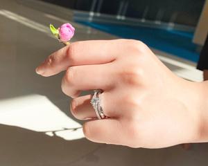 【Styling Vol.1】可憐と優美を兼ね備えた結婚指輪&婚約指輪のコーディネイト