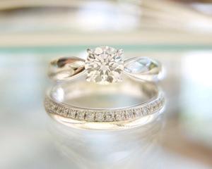 【Styling Vol.2】シンプルを極めた結婚指輪&婚約指輪の重ね着けコーディネイト